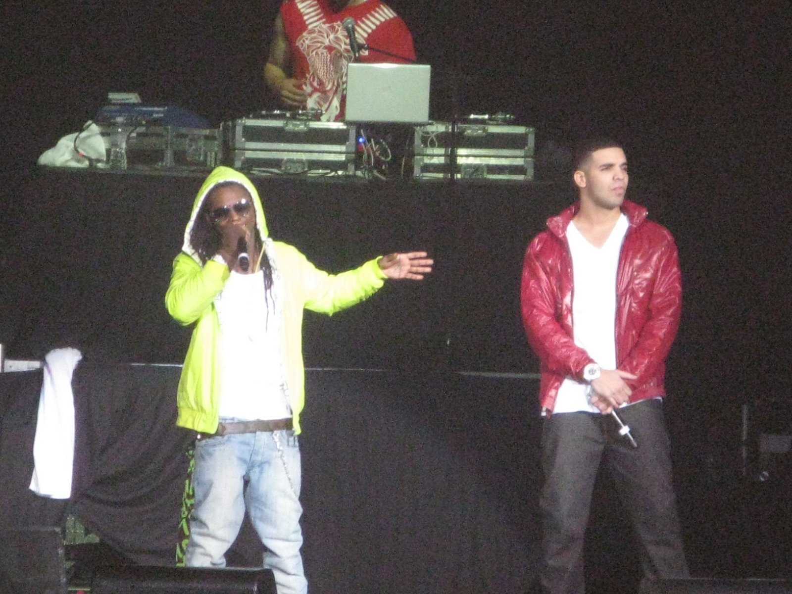 FEATURED CELEBRITIES Drake Kissing Lil Wayne On Stage